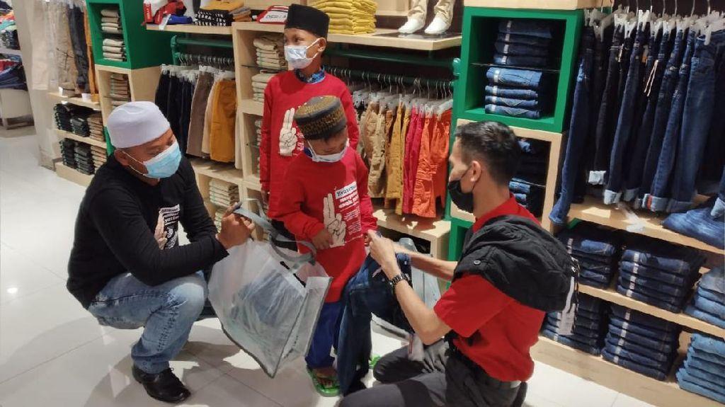 Puluhan Anak Yatim Belanja Gratis di Mall