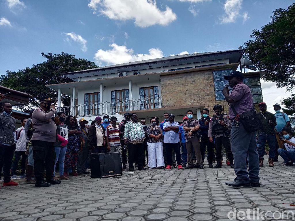 Ortu Korban Pelecehan Guru Sekolah Asrama di Mimika Demo Yayasan