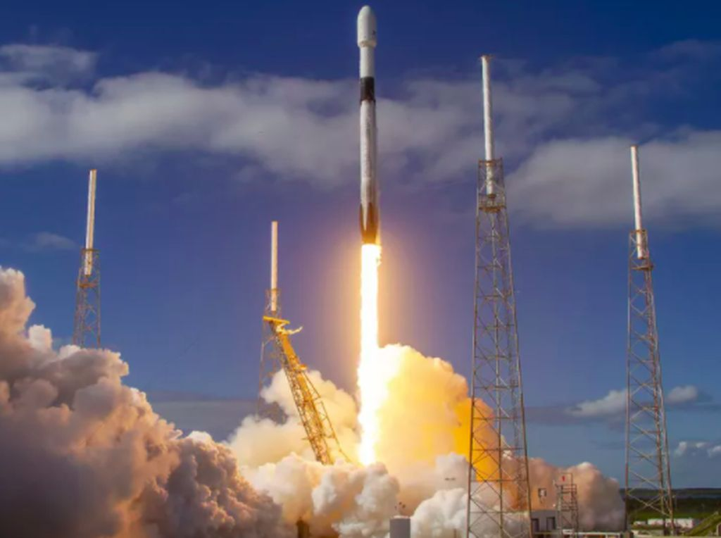 Detik-detik Roket SpaceX Luncurkan 60 Satelit Internet