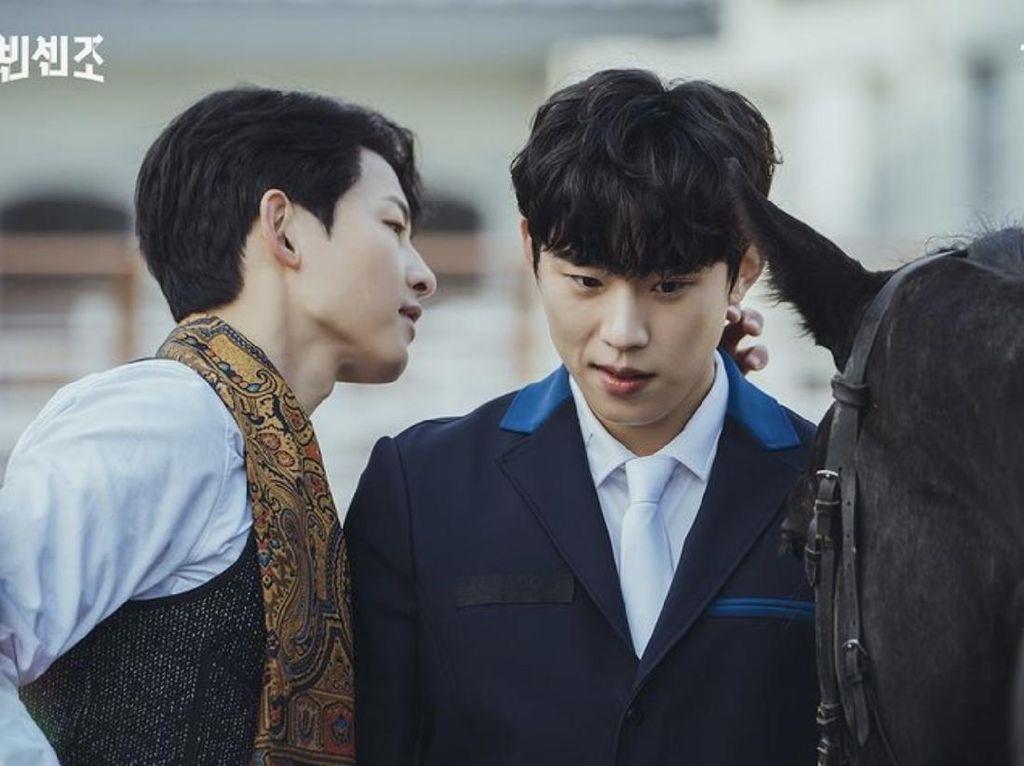 Terungkap Merek Syal Song Joong Ki di Vincenzo Episode 8, Bukan Batik