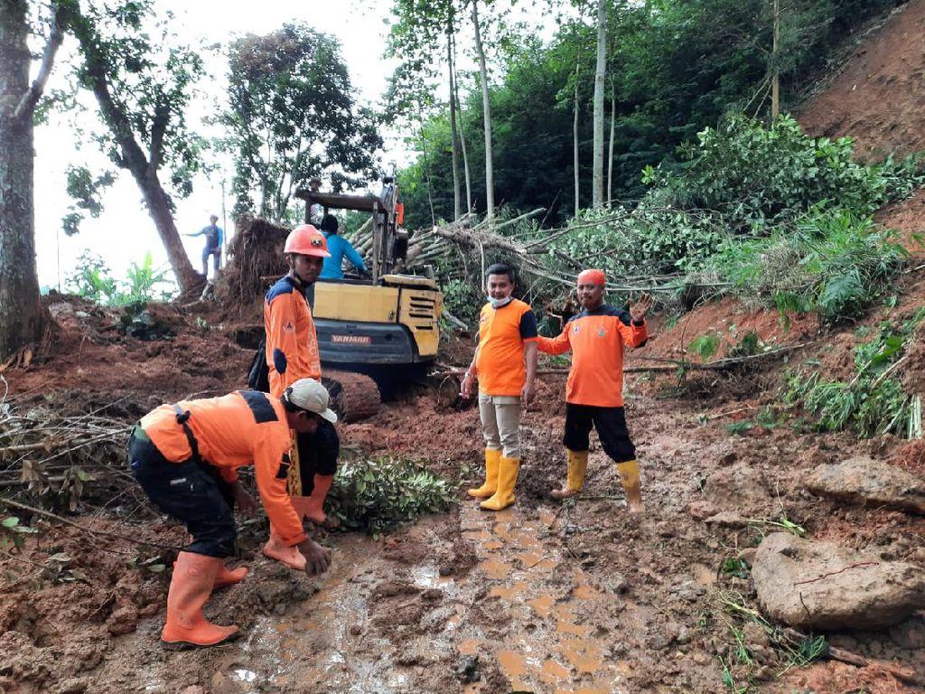 Tebing Longsor Tutup Jalan di Karanganyar, Evakuasi Terkendala Hujan