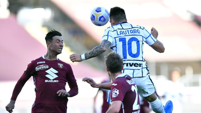 TURIN, ITALY - MARCH 14: Lautaro Martinez of Internazionale scores their sides second goal during the Serie A match between Torino FC  and FC Internazionale at Stadio Olimpico di Torino on March 14, 2021 in Turin, Italy. Sporting stadiums around Italy remain under strict restrictions due to the Coronavirus Pandemic as Government social distancing laws prohibit fans inside venues resulting in games being played behind closed doors. (Photo by Valerio Pennicino/Getty Images)