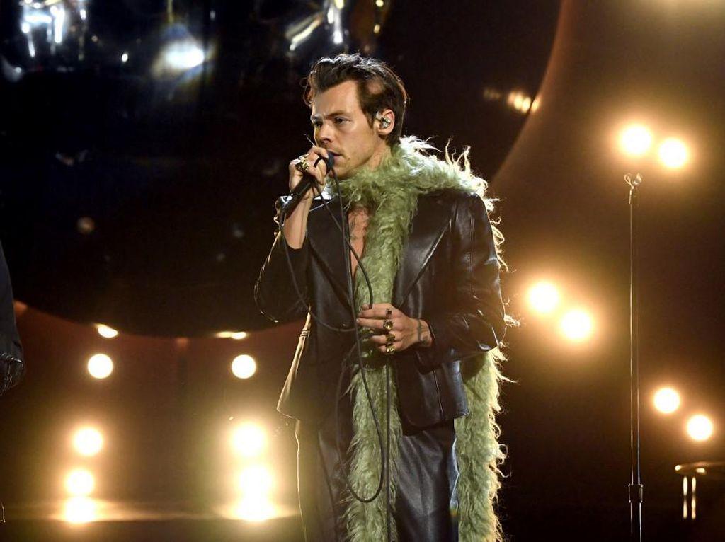Penjualan Syal Bulu Naik Drastis Setelah Dipakai Harry Styles di Grammy