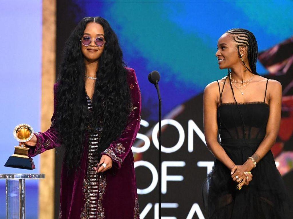 H.E.R. Bawa Pulang Piala Lagu Terbaik Tahun Ini di Grammy Awards