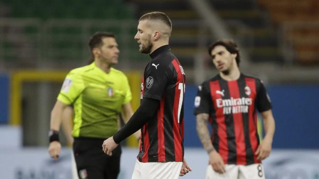 AC Milan's Ante Rebic, center, leaves the field after he was shown a red card during a Serie A soccer match between AC Milan and Napoli, at the San Siro stadium in Milan, Italy, Sunday, March 14, 2021. (AP Photo/Luca Bruno)