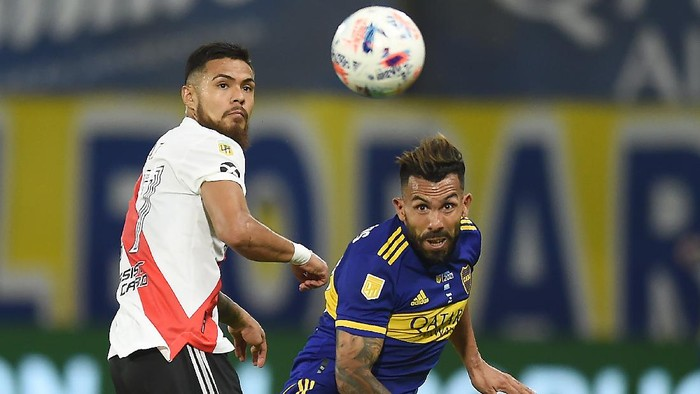 BUENOS AIRES, ARGENTINA - MARCH 14: Carlos Tevez of Boca Juniors  fights for the ball with Paulo Díaz of River Plate during a match between Boca Juniors and River Plate as part of Copa De La Liga Profesional 2021 at Estadio Alberto J. Armando on March 14, 2021 in Buenos Aires, Argentina. (Photo by Marcelo Endelli/Getty Images)