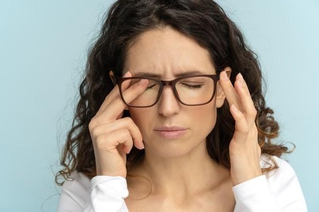 Memasukkan lensa kontak ke mata yang sudah teriritasi dapat semakin mengiritasi mata. Kamu sangat direkomendasikan untuk tetap menggunakan kacamata sampai infeksinya sembuh