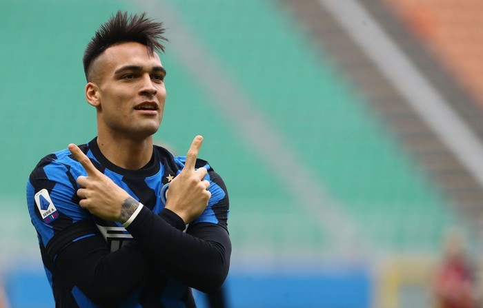 MILAN, ITALY - FEBRUARY 21: Lautaro Martinez of FC Internazionale celebrates after scoring the opening goal during the Serie A match between AC Milan  and FC Internazionale at Stadio Giuseppe Meazza on February 21, 2021 in Milan, Italy. (Photo by Marco Luzzani/Getty Images)