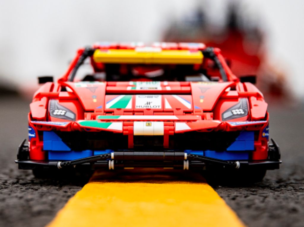 LEGO Hadirkan Minatur Ferrari 488 GTE, Mirip Banget!