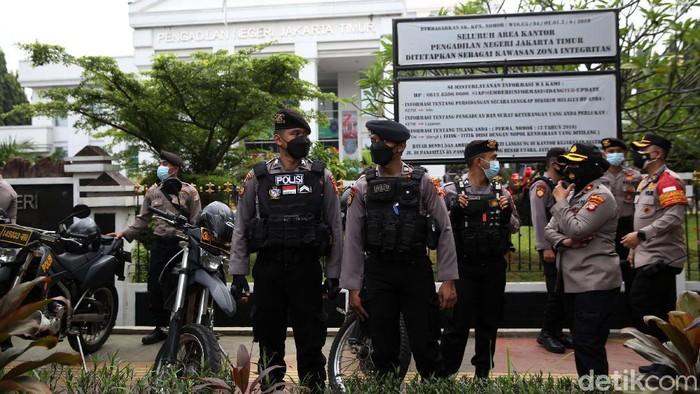 Para pendukung Habib Rizieq Shihab yang terdiri dari laki-laki dan perempuan berkumpul di depan PN Jakarta Timur. Mereka hendak menghadiri sidang perdana HRS.