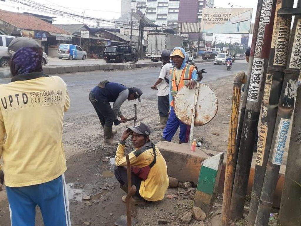 Atasi Genangan, Petugas Mulai Buat Saluran Air di Jl Industri Bekasi