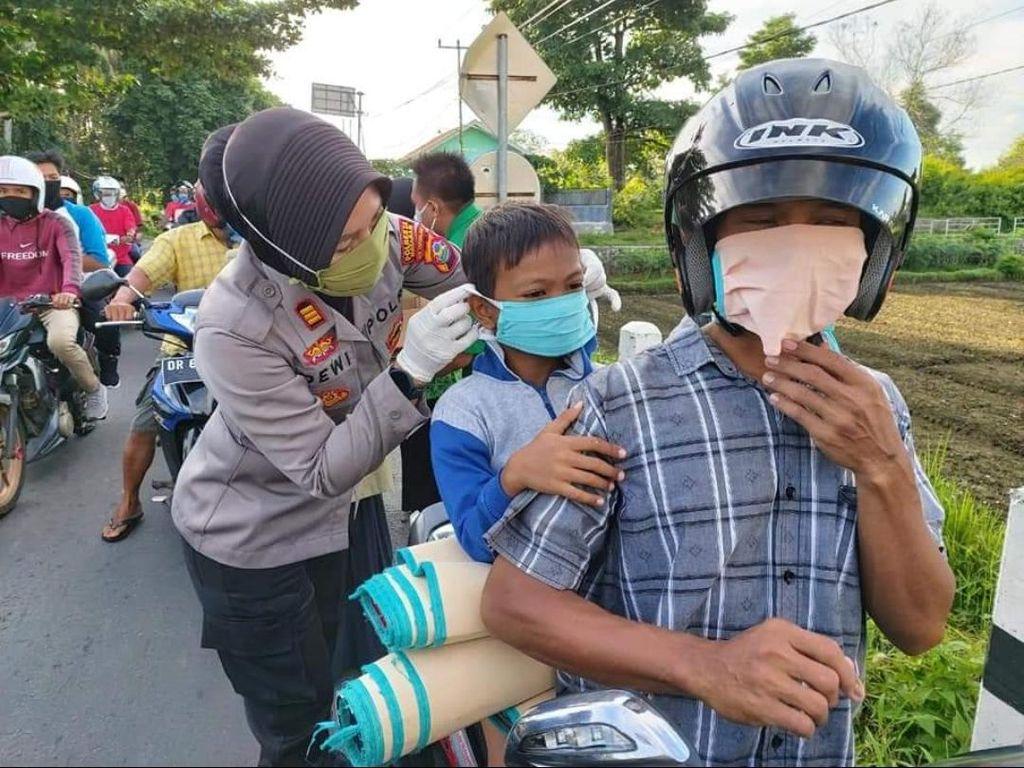Dukung Kampung Sehat 2 NTB, Polsek Lingsar Bagikan 1.000 Masker Gratis