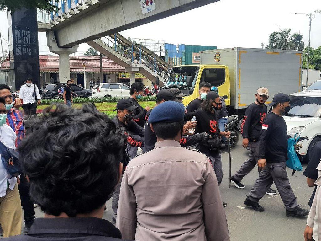 Pria Bawa Samurai di Luar Area Sidang Habib Rizieq Diamankan Polisi