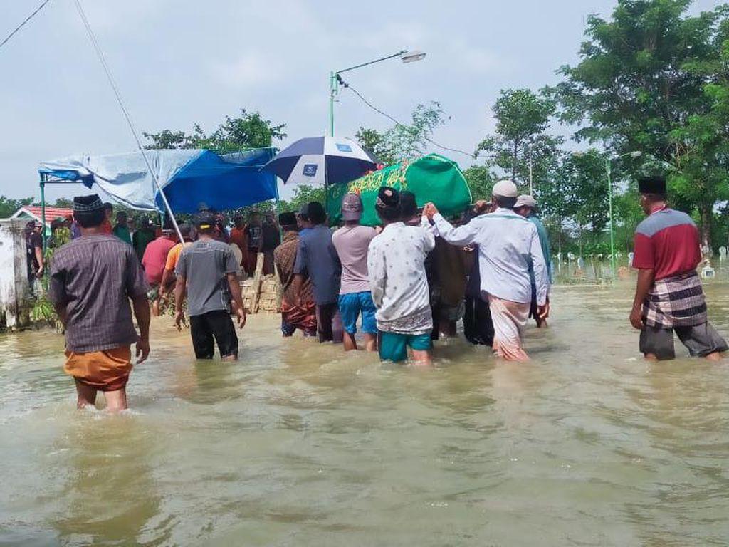 Perjuangan Warga Makamkan Pria Tewas Digigit Ular di Tengah Kepungan Banjir