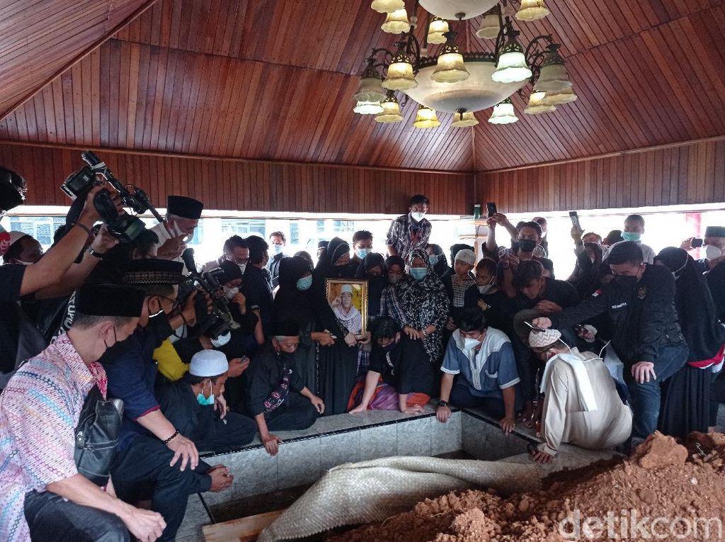 Pemakaman Anton Medan di Masjid Tan Kok Liong Diwarnai Tangis Keluarga