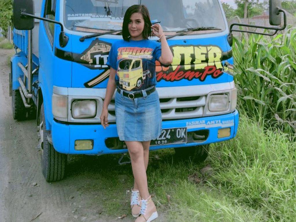 Kisah Desi Sinden yang Nyambi Jadi Sopir Dump Truck di Tegal