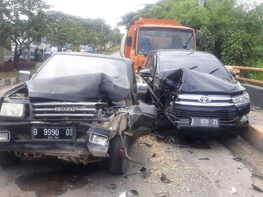 Truk Rem Blong Seruduk 2 Mobil di Jalan Lintas Selatan Cilegon
