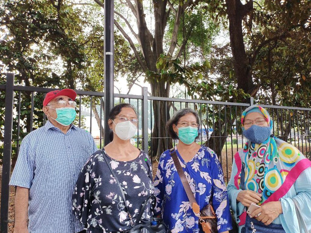 Cerita Lansia dari Luar DKI Ikuti Vaksinasi COVID-19 di Istora Senayan