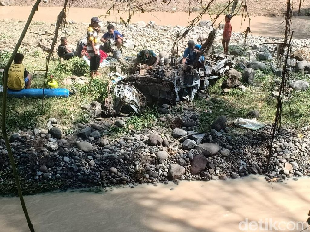 Sebuah Pikap Hanyut Terbawa Arus Banjir di Magetan