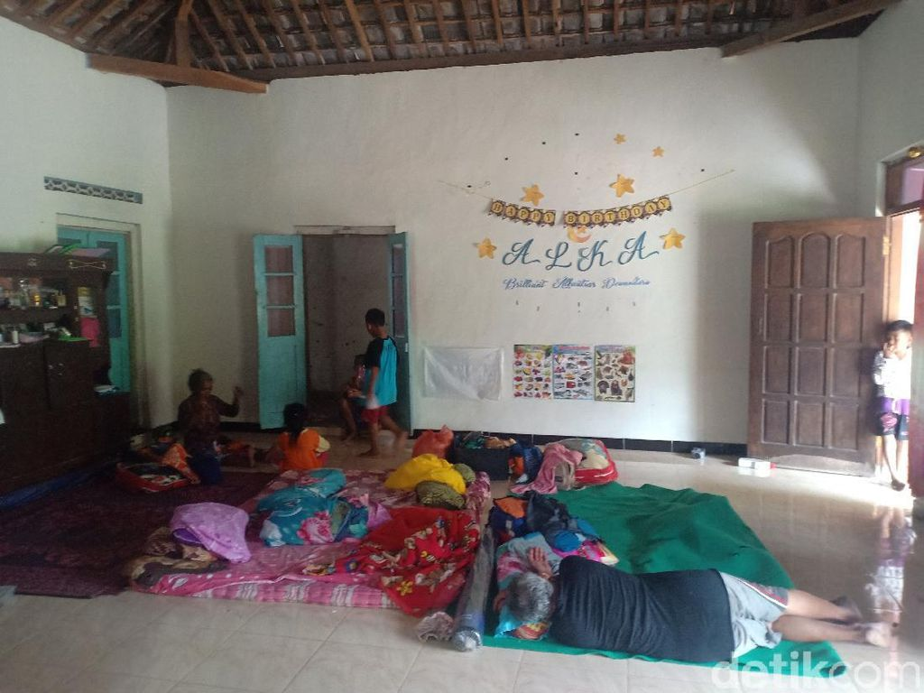 Khawatir Banjir Susulan, Warga Magetan Pilih Bertahan di Pengungsian