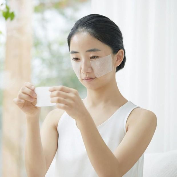 Hatomugi Skin Conditioner yang berfungsi sebagai toner dan lotion bisa menjadi masker dengan nutrisi tinggi.