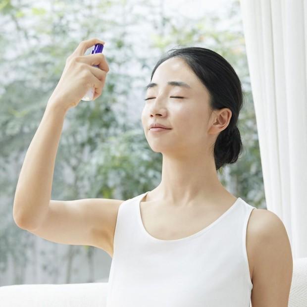 Selain berguna sebagai toner, Hatomugi Skin Conditioner tidak kalah bermanfaat digunakan sebagai face mist.