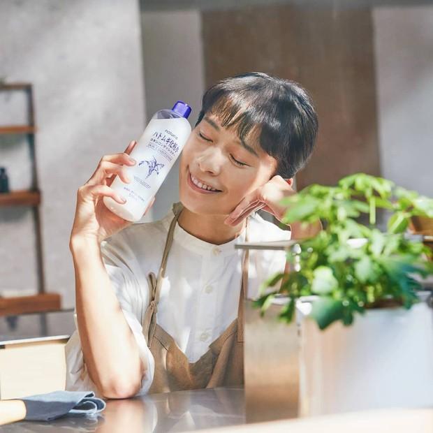 Selain bermanfaat sebagai skincare, Hatomugi Skin Conditioner juga bagus dimanfaatkan sebelum dan sesuah mengaplikasikan make up.