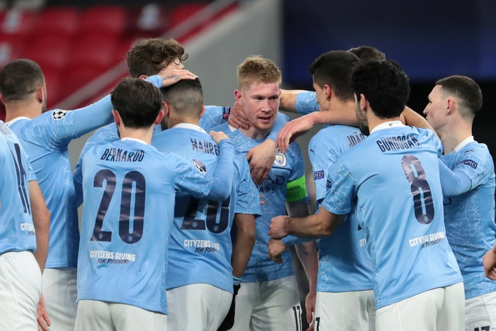 BUDAPEST, HUNGARY - MARCH 16: Kevin De Bruyne of Manchester City celebrates with team mates after scoring their side's first goal during the UEFA Champions League Round of 16 match between Manchester City and Borussia Moenchengladbach at Puskas Arena on March 16, 2021 in Budapest, Hungary. Manchester City face Borussia Moenchengladbach at a neutral venue in Budapest behind closed doors to prevent the spread of Covid-19 variants. (Photo by Miklos Szabo/Getty Images)