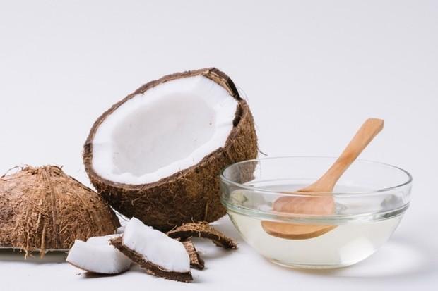 Minyak kelapa dapat membantu menumbuhkan bulu mata. Dibandingkan dengan minyak yang lain, minyak kelapa alami relatif ini sangat lembut sehingga sangat aman digunakan di sekitar area mata tanpa meninggalkan rasa tidak nyaman.