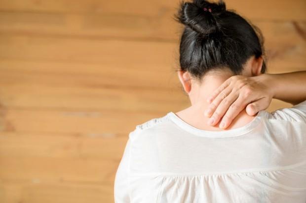 Masalah tingkat kolagen rendah dapat ditandai dengan adanya beberapa gejala, salah satunya adalah nyeri sendi.