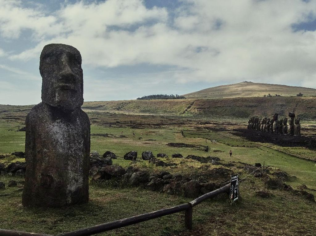 Foto Pulau Paskah dan Ratusan Patung Wajah Misterius