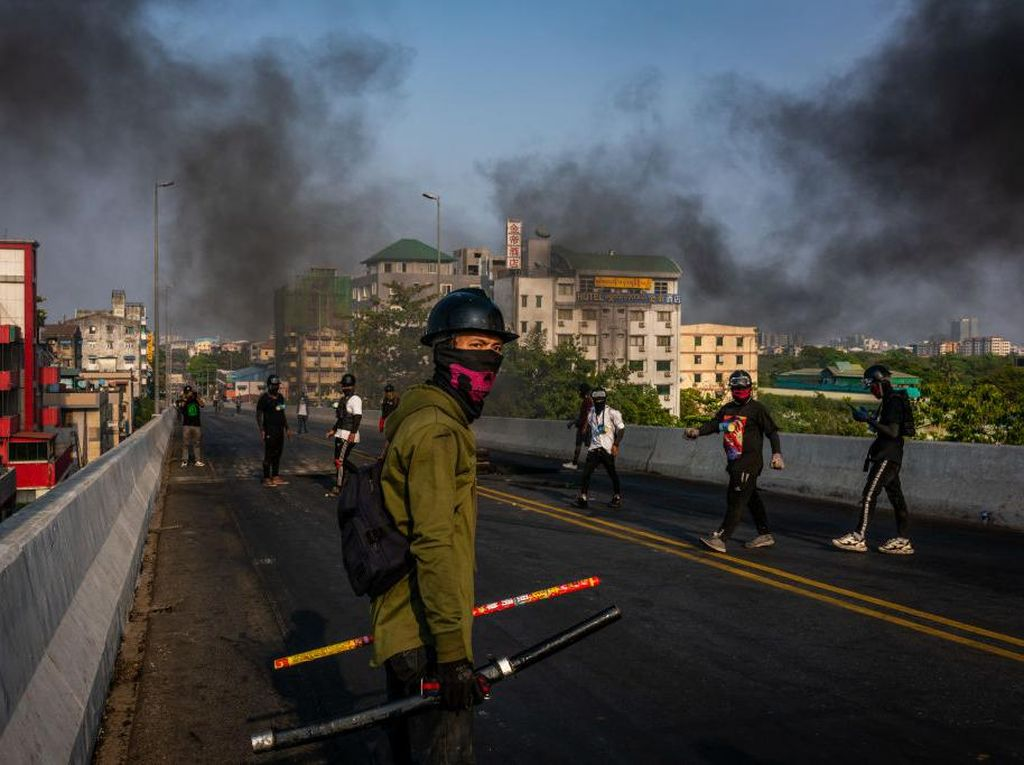 Video Momen Demonstran di Myanmar Bertahan di Jembatan
