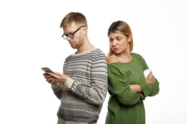 Kamu tertarik secara seksual dengan teman dan kekurangan ketertarikan dengan pasanganmu.