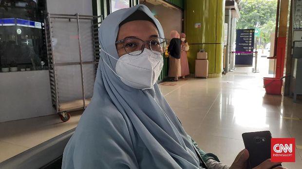 Endah Mei Anjarwati (51). Ditemui di Stasiun Ganbir, ia mengaku tetap merasa was-was meskipun mudik dilakukan dengan menjalankan protokol kesehatan.