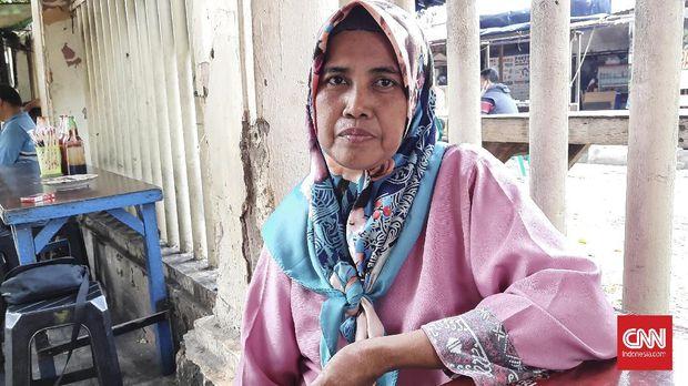 Maftuhah (53) seorang perantau asal Jepara, Jawa Tengah mengaku berencana mudik menggunakan bus karena tidak harus melakukan tes. Saat ini ia bekerja sebagai pedagang es kelapa muda di kawasan Stasiun Pasar Senen.