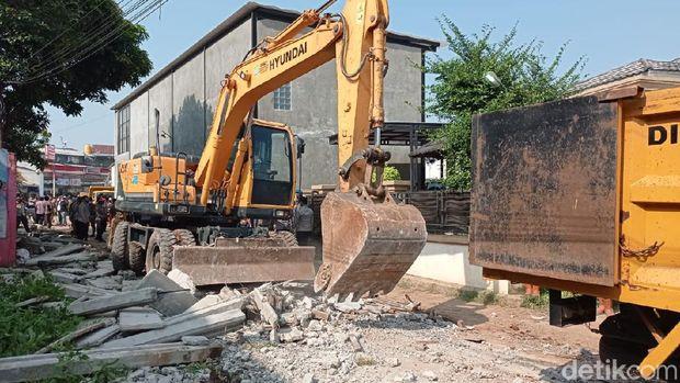 Tembok yang tutup akses rumah warga Ciledug dibongkar (Sachril Agustin/detikcom)
