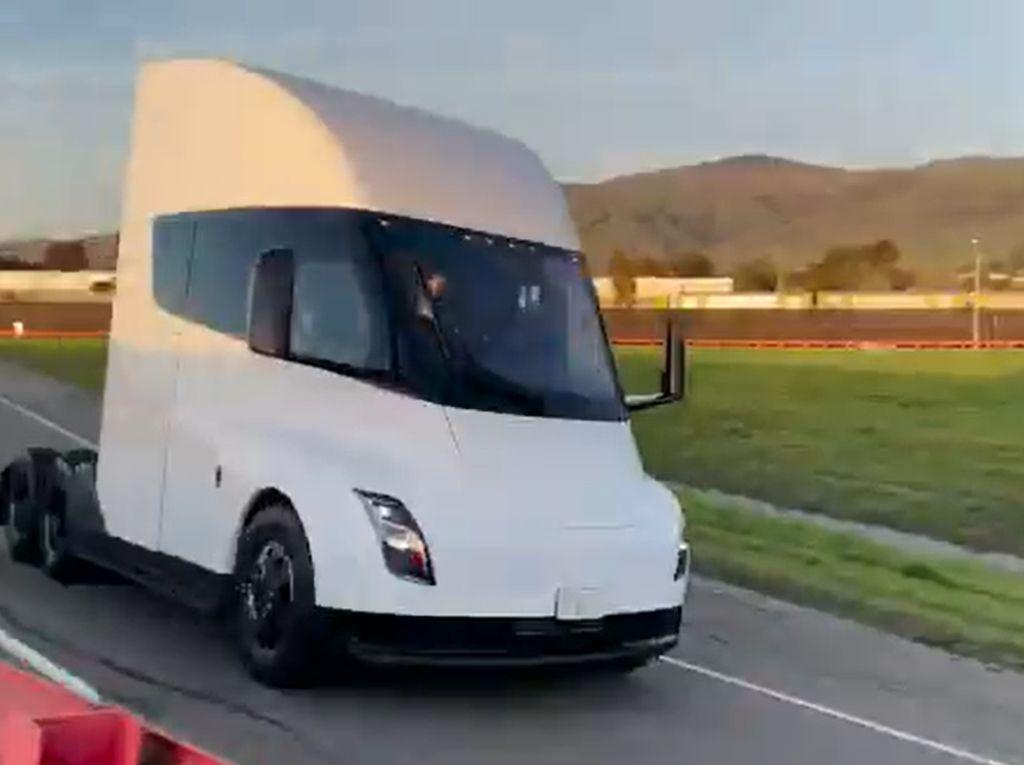Truk Listrik Tesla Dites Jalan, Seperti Ini Suaranya