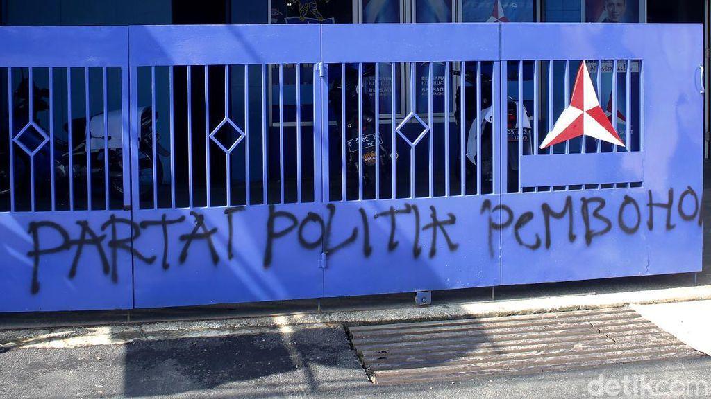 Vandalisme Partai Politik Pembohong Mejeng di Bandung