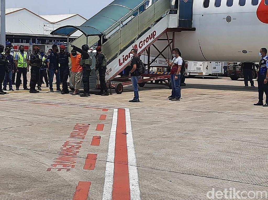 22 Tersangka Teroris Jaringan JI dari Jatim Tiba di Bandara Soetta