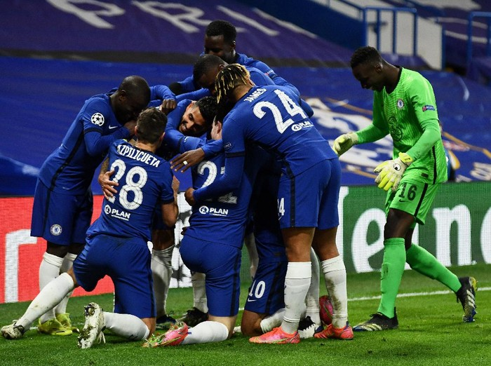 LONDON, ENGLAND - MARCH 17: Emerson Palmieri of Chelsea celebrates with teammates after scoring their teams second goal  during the UEFA Champions League Round of 16 match between Chelsea FC and Atletico Madrid at Stamford Bridge on March 17, 2021 in London, England. Sporting stadiums around the UK remain under strict restrictions due to the Coronavirus Pandemic as Government social distancing laws prohibit fans inside venues resulting in games being played behind closed doors. (Photo by Mike Hewitt/Getty Images)