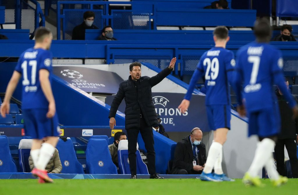 LONDON, ENGLAND - MARCH 17: Diego Simeone, Manager of Atletico Madrid gives their team instructions during the UEFA Champions League Round of 16 match between Chelsea FC and Atletico Madrid at Stamford Bridge on March 17, 2021 in London, England. Sporting stadiums around the UK remain under strict restrictions due to the Coronavirus Pandemic as Government social distancing laws prohibit fans inside venues resulting in games being played behind closed doors. (Photo by Mike Hewitt/Getty Images)