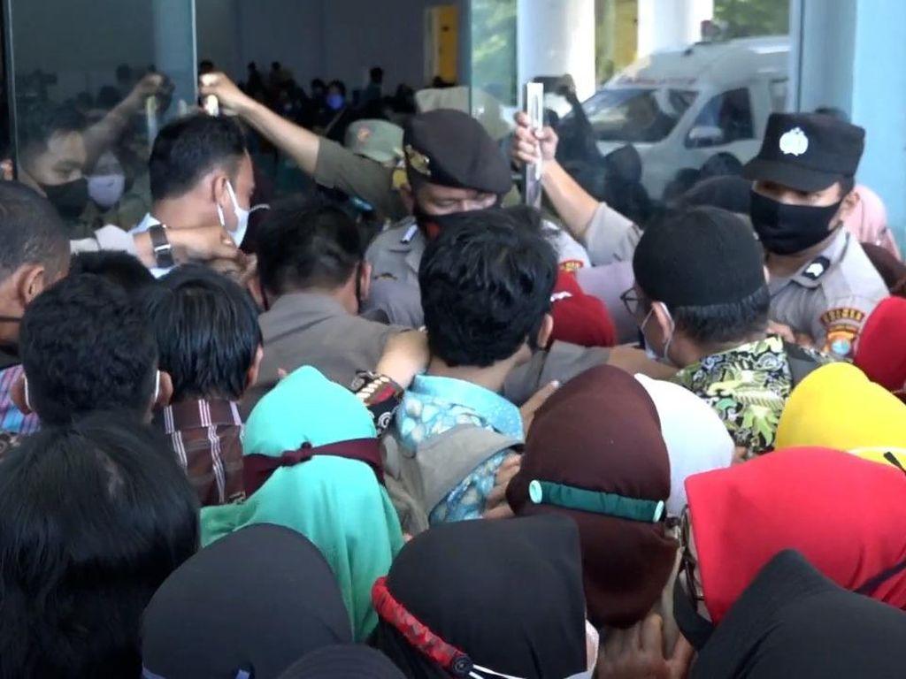 Penampakan Antrean Vaksinasi di Pinrang Membeludak, Warga Berdesakan
