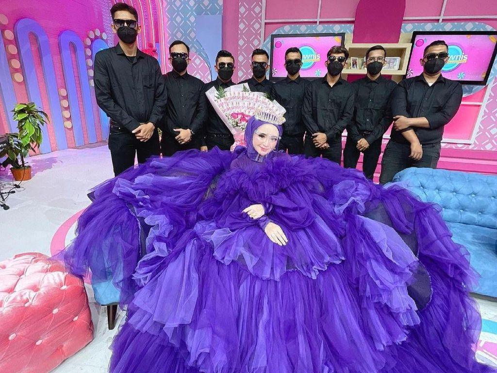 Selebgram Hijab Aceh Viral Jadi Kontroversi, Belanja Dikawal 9 Ajudan