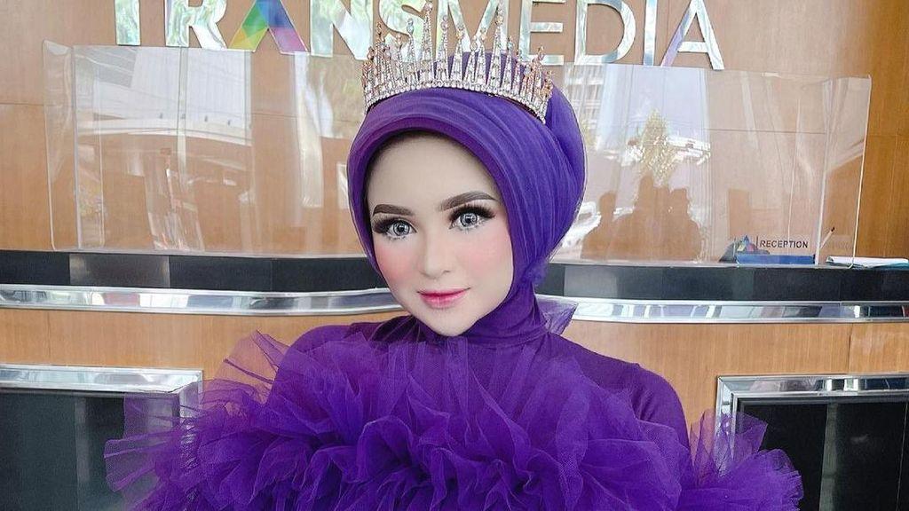9 Gaya Selebgram Hijab Aceh yang Viral karena Belanja Dikawal 9 Ajudan