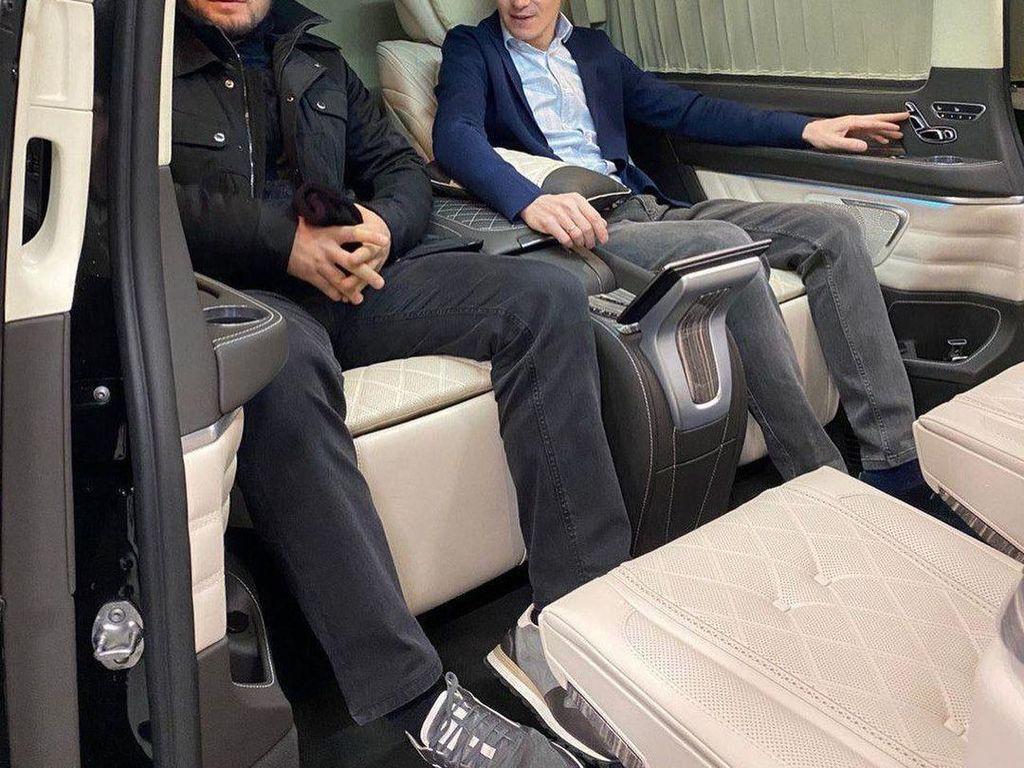 Khabib Nurmagomedov Punya Kabin Mobil yang Nyaman Buat Macet-Macetan