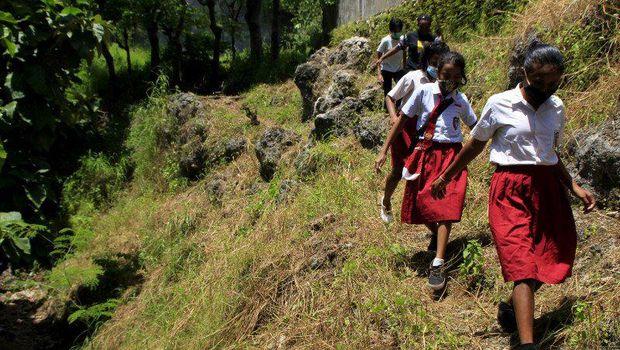Perjuangan siswa di Kupang, NTT, untuk sampai ke sekolah, Kamis (18/3/2021).