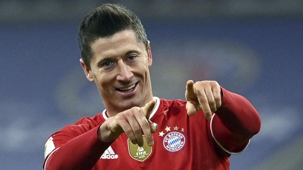 Bayern's Robert Lewandowski celebrates scoring his side's fourth goal during the German Bundesliga soccer match between Bayern Munich and Borussia Dortmund at the Allianz Arena in Munich, Germany, Saturday, March 6, 2021.  (Sven Hoppe/Pool via AP)
