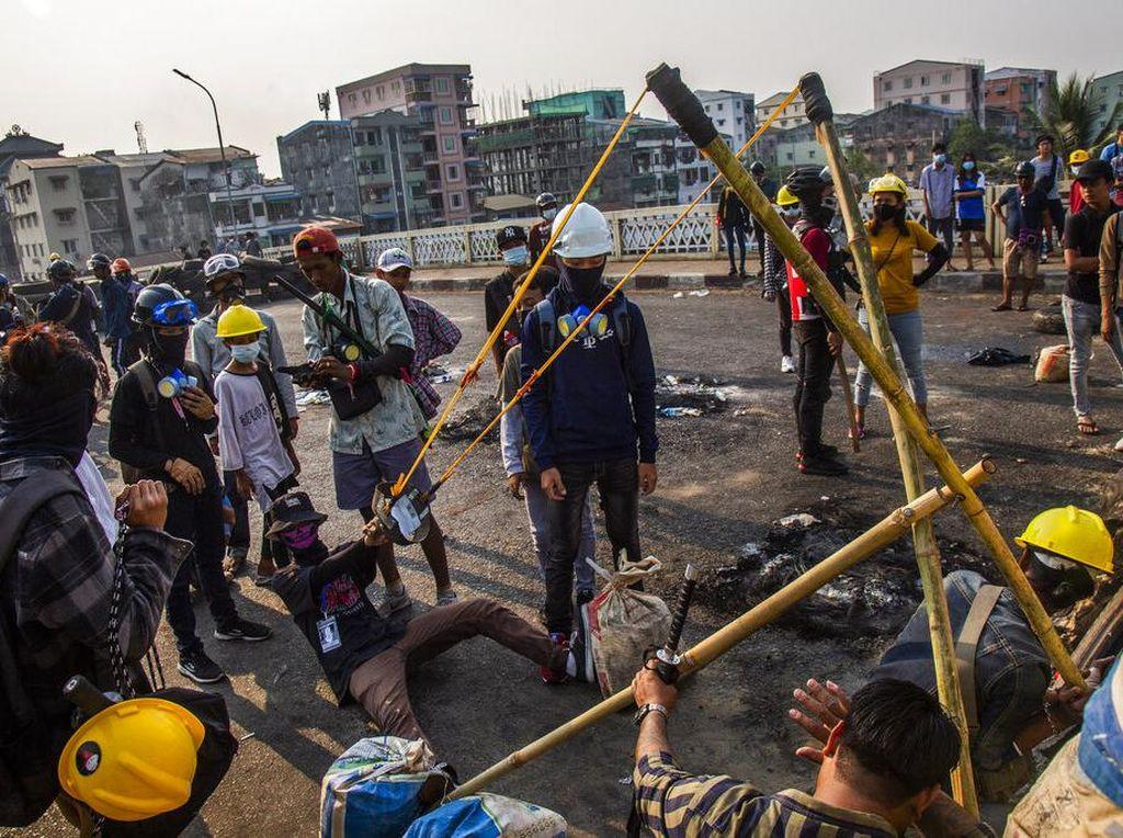 Serangan Sampah ke Junta Myanmar ala Demonstran