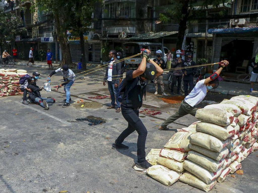 Tak Henti Warga Myanmar Ditodong Moncong Senjata Usai Kudeta