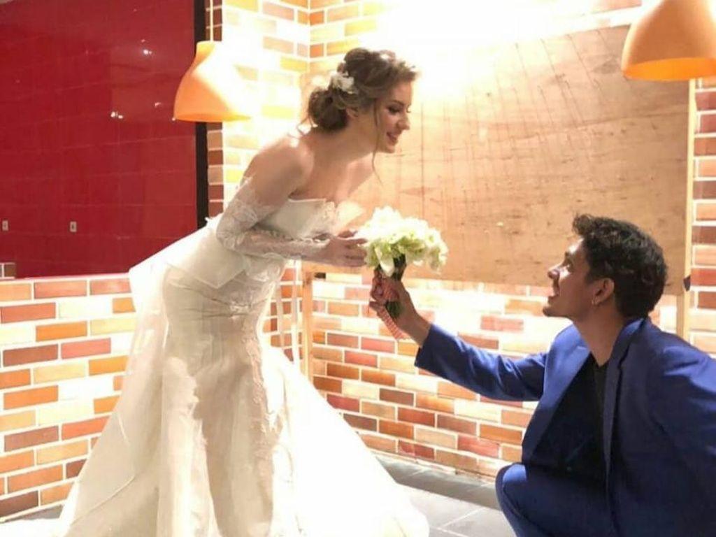 8 Potret Kemesraan Mantan Model Rusia Bareng Suami Aktor Indonesia